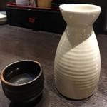 どすこい四文屋 - 日本酒「瀧の司」1合。350円也。熱燗で。