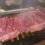 肉焼食堂もりしん - はみ出そうなお肉!