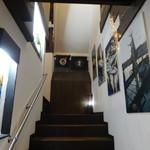 仲買人直営 弥平 - 階段を上がる