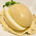 赤白 - ボイルドエッグのコンソメ煮 ハーブ入りスモークサーモンソース