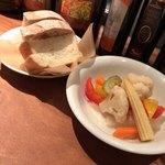 オッティモ・シーフード・ガーデン - 付け合わせのパンとピクルス
