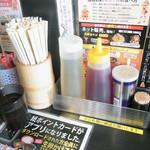 油そば専門店春日亭 - 味を調える様々な調味料