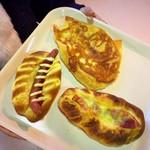 牧場のパン屋さん - 料理写真:【買ったパン】(上)カリカリチーズパン、(左)荒挽きウインナーパン、(右)ベーコンチーズ
