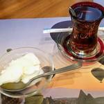 79430210 - セットのアイスクリームとトルコ紅茶
