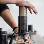 ファブカフェ - エアロプレスで1杯ずつ丁寧に抽出したシングルオリジンのコーヒーを楽しめます。
