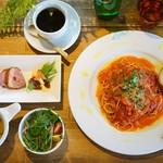 パウロ アンド ボルガ - ランチメニュー 三種のトマトの完熟トマトソースパスタ