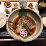 79432989 - 鯛のカブトの煮付けのおばんざいプレート(980円税別)は、数量限定で売り切れ御免もあります。