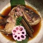 79433007 - 鯛のカブトの煮付けは大きな器で配膳されて迫力がありますし、盛り付けも綺麗です。