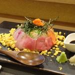 鮨 中 - ◆海鮮丼(1000円:税込)・・汁もの+サラダが付きます。 出された瞬間「おしゃれー」、海鮮丼でこんな盛り付け初めて。 ビジュアルがよく美味しそう。^^