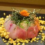 鮨 中 - *鮪、サーモン、カンパチ等が盛られ、賽の目に切った玉子焼きが散らされ美味しい。 お箸よりもスプーンが食べやすいですね。 *お醤油には「卵の黄身」入り。