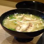 鮨 中 - ◆共通・・お味噌汁。椎茸・エノキ入りで、良い味わい。