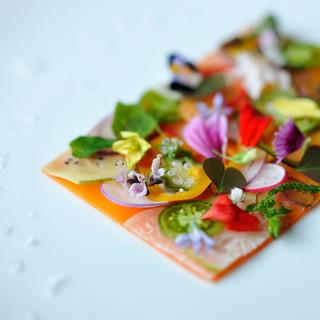 旬の食材で作った料理は、華やかに盛り付けてお客様へ○