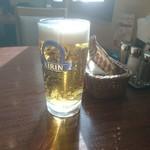 洋食屋かもん - 生ビールが陽光に反射して綺麗やった 201801