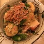 名物ジャンボ餃子と特製レモンサワー マルカツ - 海老マヨの海老まみれサラダ