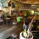 カフェトーチカ - 内観(独特のテーブルと席)