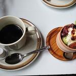 カフェトーチカ - ドリンク(コーヒー:ホット)+ミニスイーツ(抹茶と黒みつのパフェ):100円+100円