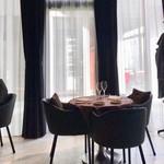 リストランテ・ダ・フィオーレ - コート掛けが各テーブルの近くにあります