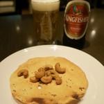 サルマ ティッカアンドビリヤニ - インドビール「キングフィッシャー」(720円)とおつまみのパパド