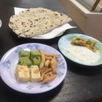 イヤマンレストラン - スイーツ、ダヒ&アチャール、チャパティ