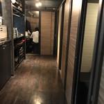 海鮮個室居酒屋 魚将 - 店内、左が厨房のようです