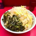 ラーメン二郎 - 料理写真:小ラーメン麺半分、野菜マシ+ピリ辛にらだれ+ネギ塩ワカメ