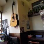 誠や9号店 - ギターがある。店主様は音楽好き?