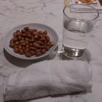 美楽一杯 - ・白酒(二鍋頭) 円 布オシボリ、ピーナツは無料のお通し