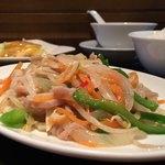 雅苑 - こちらはBランチセットの彩り野菜炒めと揚げ鶏のレモンソース