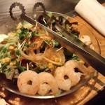 やきやき鉄板お好み焼ききんぎょ - 海老と蒸し鶏サラダ