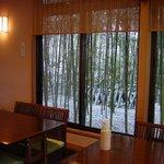 いぐさ - 大きな窓の外は自然な竹林、冬の雪化粧。