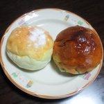 パンナ - ぶどうパンと白パン。