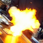 鉄板焼き 無量多 - 目の前で繰り広げられる、音と炎のライブパフォーマンス!