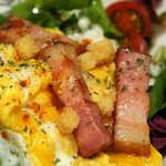 鉄板焼き 無量多 - ジューシーな厚切りベーコン、ふわっふわの卵、そしてシーザードレッシング。
