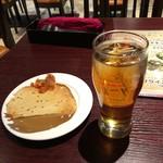 AsianDining&Bar SITA  - 「ウーロンハイ」(400円)とサービスのパパド