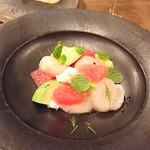 organ - 「北海道産 生帆立とブッラータ、アボカド、柑橘のサラダ」テーブルでの仕上げ前