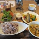 GRANDMIRAGE WHOLE NOTE CAFE - ドリンクとスープをテーブルで口にしてると日替わりランチの出来上がりです。  この日のランチはガオマンガイランチでした。