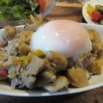 79514116 -                        私は雑穀米に鶏肉と玉子を乗せてガオマンガイの出来上がり、東南アジア風チキンライスってところですかね?
