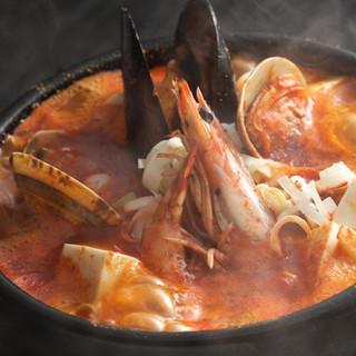 冷えた身体に嬉しい、熱々の海鮮スンドゥブチゲをご賞味下さい