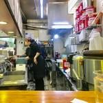 洋庖丁 - L字カウンターの短い方から厨房を臨む