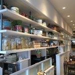 プレミオ ピエトロ - 店内風景。厨房との仕切りは飾り棚風になっている。
