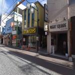 守谷製パン店 - 小田原駅を背にして左手。 小田原駅近くの駅前東通商店街は。別名「 おいしいもの横町」美味しそうなお店が軒を連ねています。 お店は商店街に入ってすぐです。