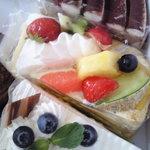 菓子処・畑田(ハタダ)本舗 - 料理写真:ケーキすべて¥250とリーズナブル