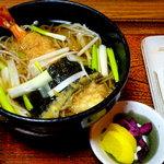 福島 やまがそば - そばセット 830円 海老天蕎麦におにぎりと香の物が付く。