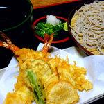 福島 やまがそば - 天ざる 1,130円 天ぷらは通し揚げでサクサク。食感が楽しめる。