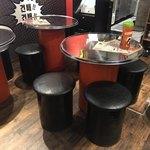 韓国屋台Mr.チージュ - この椅子の下が荷物入れ^ ^韓国じゃー小さいドラム缶の上にボロ板!笑