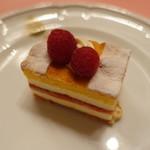 ピッツェリア・サバティーニ - ラスベリーを挟んだレアチーズケーキ