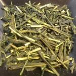 萠茶 - 期間限定 荒茶(京都和束) 550円 荒茶とはお茶屋さんで売られている最終仕上げする前の工程のお茶です。お茶農家さんが問屋に出荷する段階に加工されたお茶で、お茶畑で採れたままのお茶になり、自然な味わいを楽しめます。普通のお茶屋さんでは売られていないお茶です。