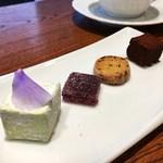 デセール ル コントワール - ミニャルディーズ ライムのギモーブ、フランボワーズのパートドフリュイ 玉ねぎのクッキー ショコラ