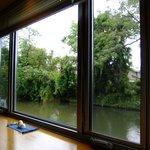 茶話処 十三夜 - 窓向きのカウンターからの眺め