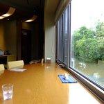 茶話処 十三夜 - 窓向きの半円形のカウンター